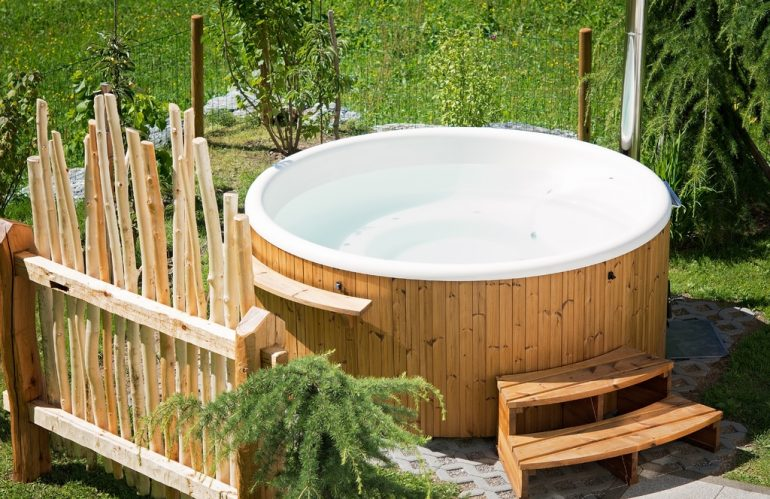 Peut-on installer un jacuzzi sur de l'herbe ?